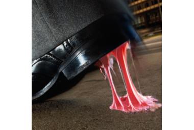 Como tirar chiclete da sola do sapato?